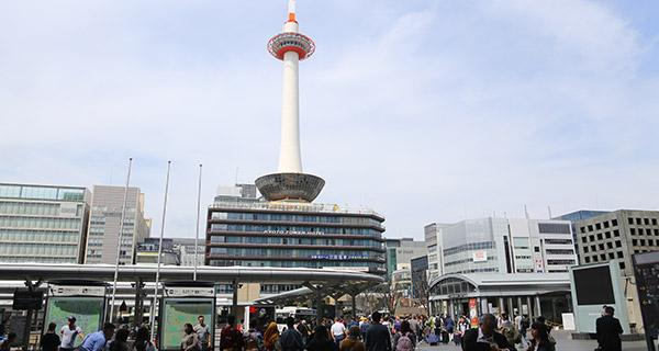 JR京都駅中央改札口からの京都タワー