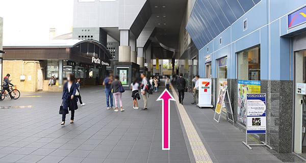 JR京都駅中央改札口を右へ駅ビル沿い