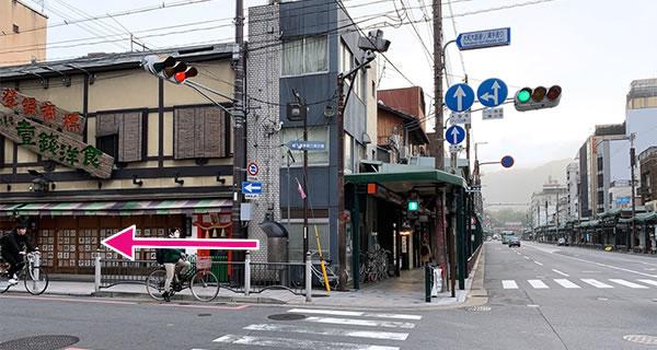 1つ目の信号を左へ曲がり、大和大路通りに入ります。