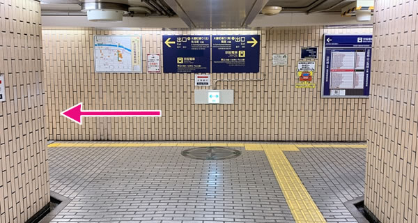 突き当たりを左へ曲がり、出口A/木屋町通(北)・先斗町方面から出る