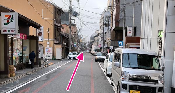 セブンイレブン、ファミリーマートを超えて信号の手前・左側に当店の看板が見える