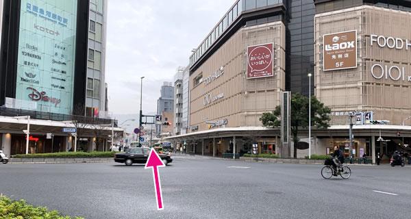 ディスニーショップ、京都マルイ方面へ進む