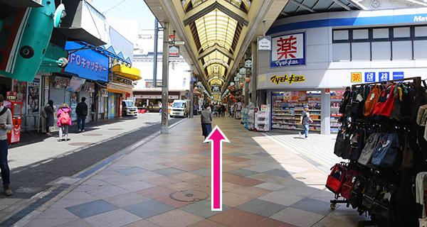 新京極商店街の中を500m程進む