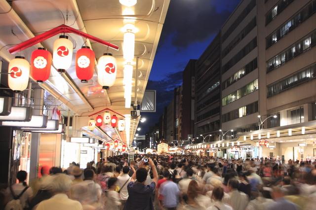 祇園祭の四条通