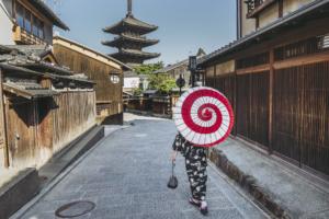 朝の京都を歩く女性