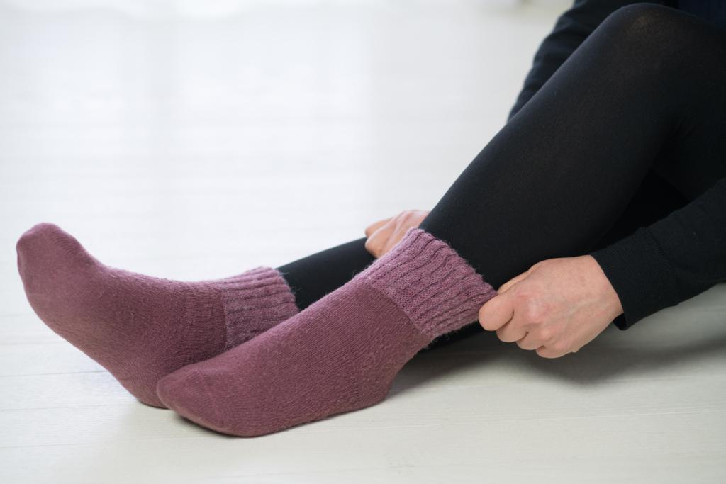 厚手の靴下で防寒する様子