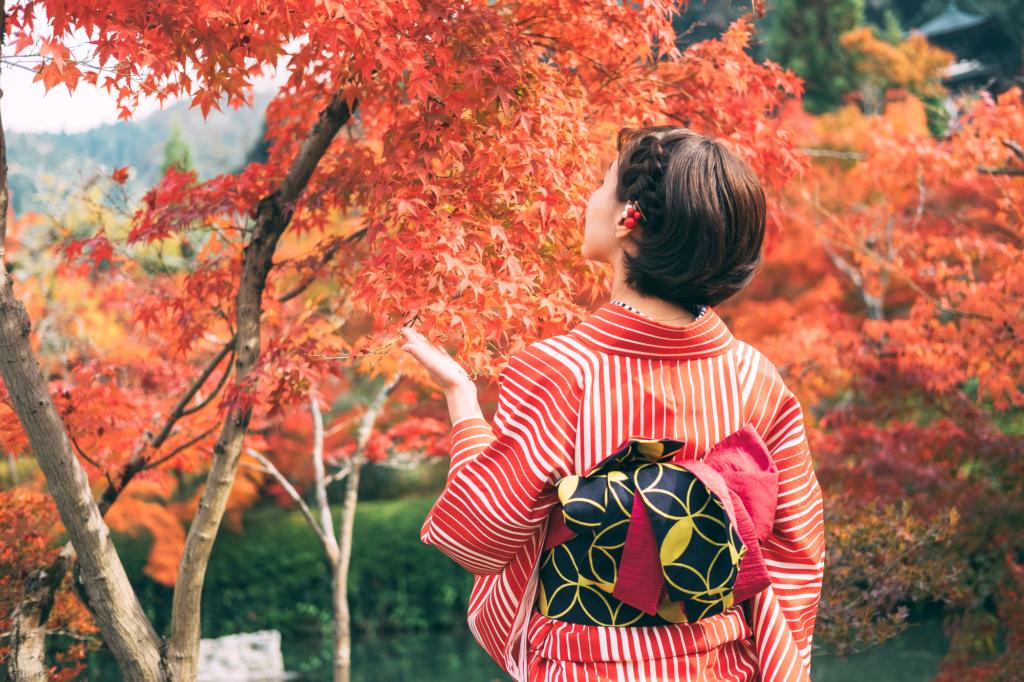 紅葉をみる着物姿の女性