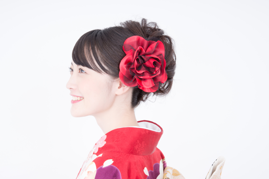 赤い髪飾りの着物女性