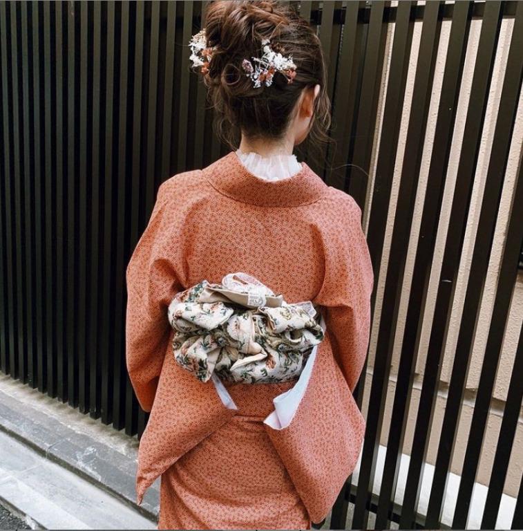 オレンジ色のシンプル着物のレトロコーデ