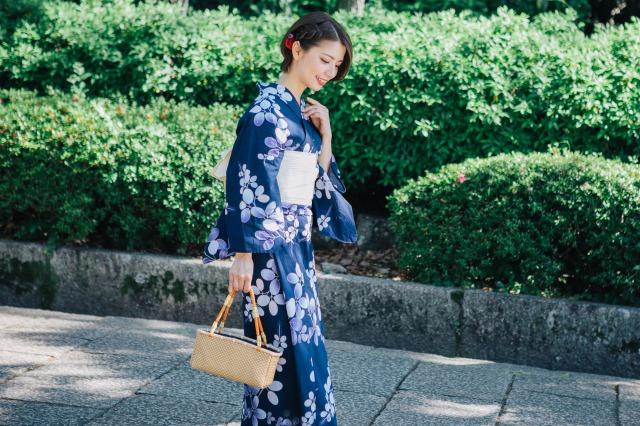 紺の浴衣を着た、大人っぽい日本人女性